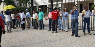 Cadena humana para exigir explicación en compra de aviones Súper Tucano