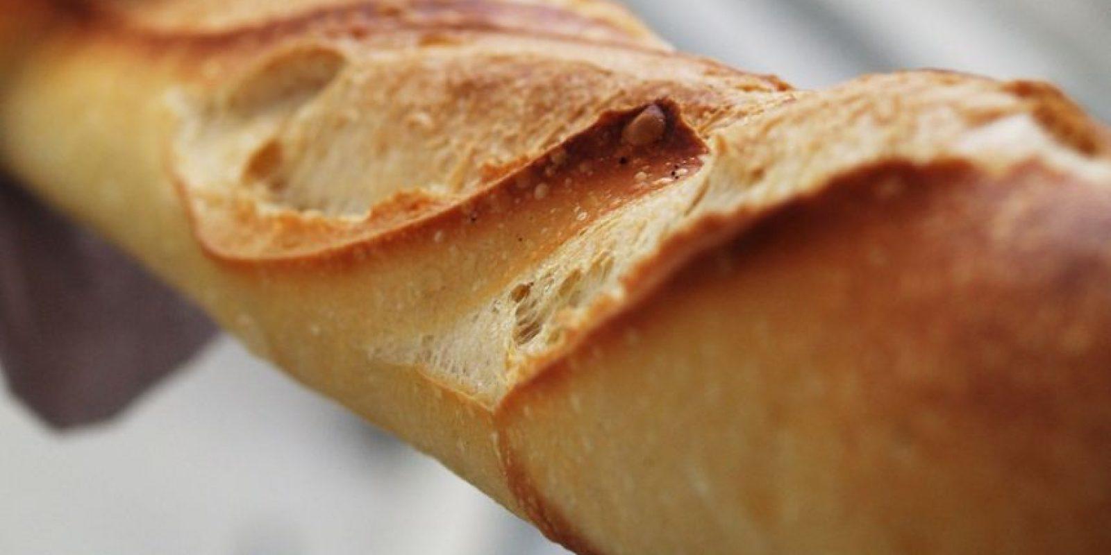 1- Baguette francés. La barra larga y delgada de pan francés se reconoce y se consume en todo el mundo. La baguette, que tiene un diámetro de aproximadamente 5-6 centímetros, se distingue por su longitud (alrededor de 65 centímetros) y corteza crujiente. El pan –a base de harina de trigo, agua, levadura y sal– es considerado uno de los símbolos de la cultura francesa. Los vietnamitas pusieron su toque personal con báhn mi, que utiliza una alta proporción de harina de arroz. Mientras que muchas panaderías norteamericanas hacen baguettes de trigo integral, multigrano, y de masa fermentada.