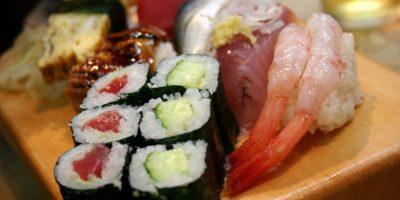 2- Sushi japonés. El concepto de sushi fue introducido en Japón en el siglo noveno, y creció en popularidad con la difusión del budismo, lo que favorece el consumo de pescado. Con los años se ha convertido en una característica popular de la cocina japonesa. Sushi consiste en arroz cocido con vinagre, combinado con otros ingredientes, como pescados y mariscos crudos, vegetales y frutas tropicales a veces. Puede ser preparado con arroz integral o blanco y servido con jengibre encurtido, wasabi y salsa de soja.