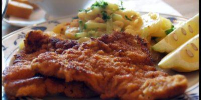 4- Wiener Schnitzel austriaco. Esta chuleta delgada, empanada y frita en sartén hecha de ternera es una de las especialidades más conocidas de la cocina vienesa. Se sirve tradicionalmente en Austria con Kopfsalat (lechuga con un aderezo de vinagreta azucarada), papas con perejil, papas o ensalada de pepino. Hay algunas variaciones de Wiener Schnitzel. Algunos, por ejemplo, usan carne de cerdo en vez de ternera para ahorrar dinero. Este plato se llama Schnitzel Wiener Art o Wiener Schnitzel vom Schwein.