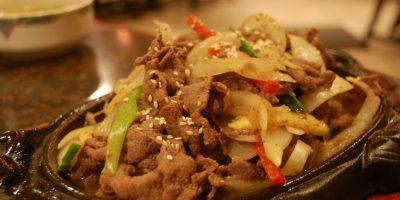 """5- Bulgogi coreano. La palabra Bulgogi significa """"carne de fuego"""" en coreano. Este plato tradicional consiste en carne marinada a la parrilla. Antes de cocinar, la carne se marina con una mezcla de salsa de soja, azúcar, aceite de sésamo, ajo, pimienta y otros ingredientes para mejorar su sabor. Se sirve con una guarnición de lechuga u otra verdura de hoja. Incluso se pueden conseguir hamburguesas con sabor a bulgogi en muchos restaurantes de comida rápida de Corea del Sur."""