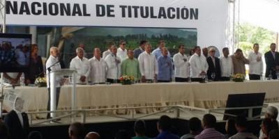 Danilo entrega 2,559 títulos a parceleros de Azua