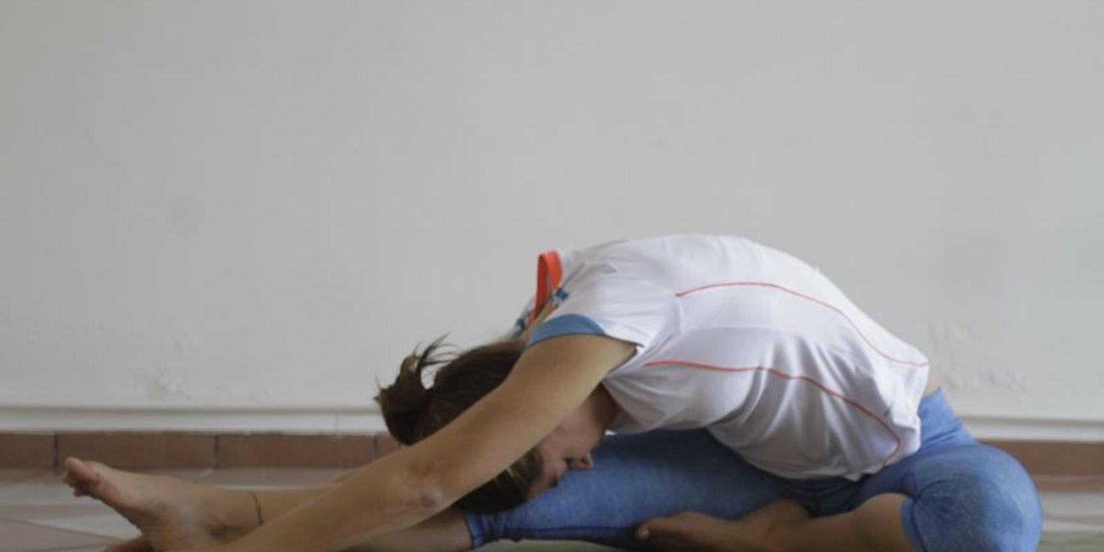 2- Manteniendo el pie en punta, llevamos el pecho hacia la rodilla y nos quedamos en esa posición por 3 respiraciones. Foto:Roberto Guzmán
