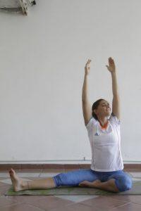 4- Manteniendo la espalda derecha, llevamos el brazo derecho y el izquierdo hacia arriba, y aguantamos por 10 respiraciones. Foto:Roberto Guzmán