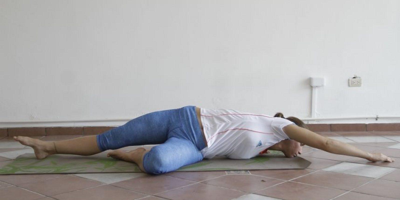 6- Bajando los brazos, hacemos el twist final recostados al piso, llevando lo más lejos que podamos el brazo derecho. Foto:Roberto Guzmán