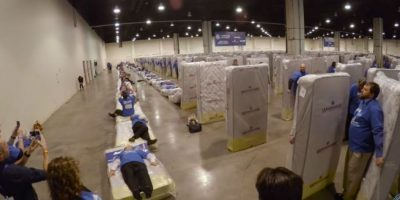 En total hubo 34 filas de colchones de la marca Woodhaven Industries. Foto:Youtube/Guinness World Records