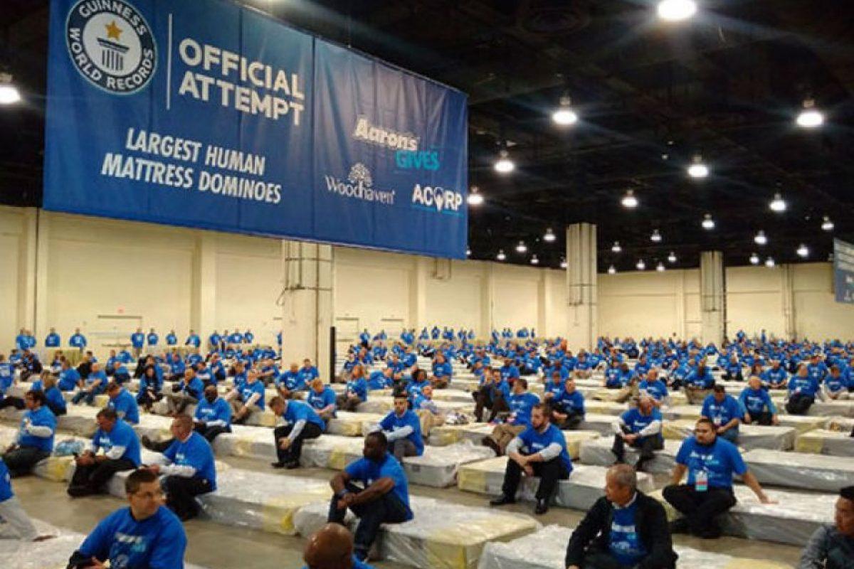El famoso domino humano Foto:guinnessworldrecords.com