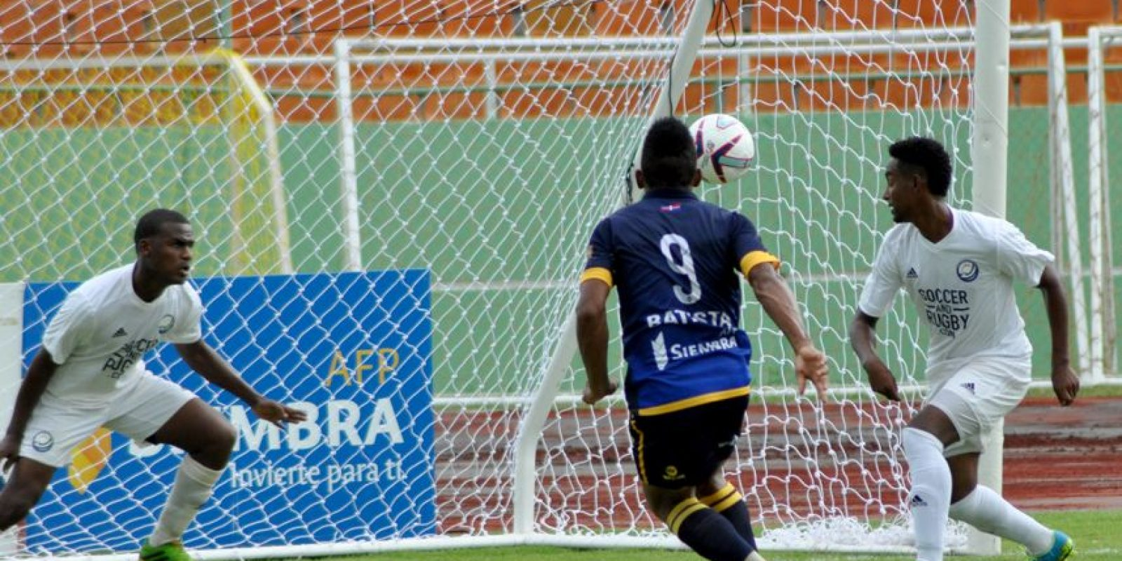 Darlyn Batista de pantoja patea la bola haciendo gol mientras que José Hernández quien está en la porteria y Robert Rosario de los Delfines. Foto:Fuente externa