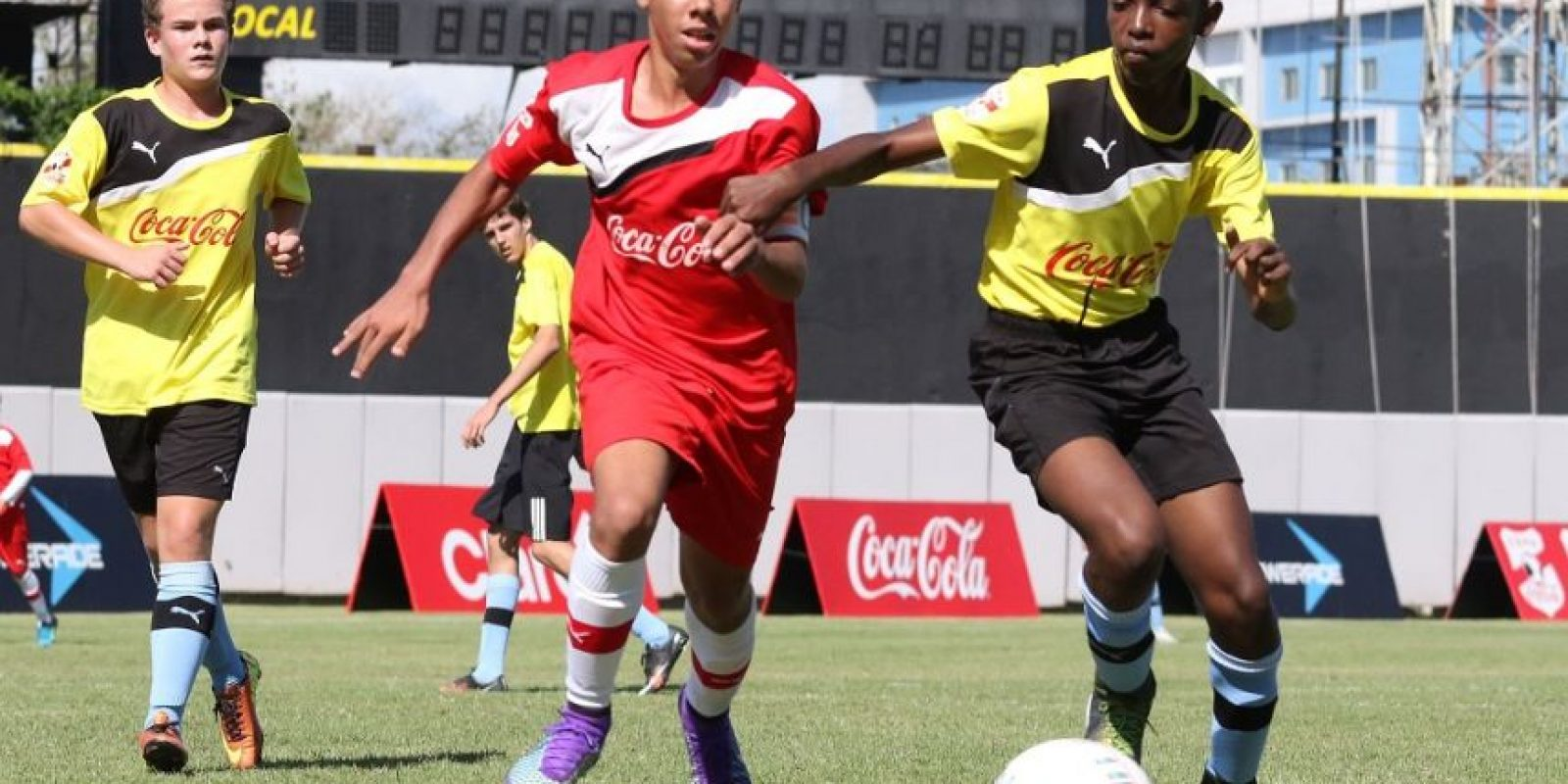 Acción del partido entre los equipos Liceo Francés y CEMEP durante la ronda de grupos de la etapa capitaleña de la Copa Coca-Cola de Fútbol Int Foto:Fuente externa