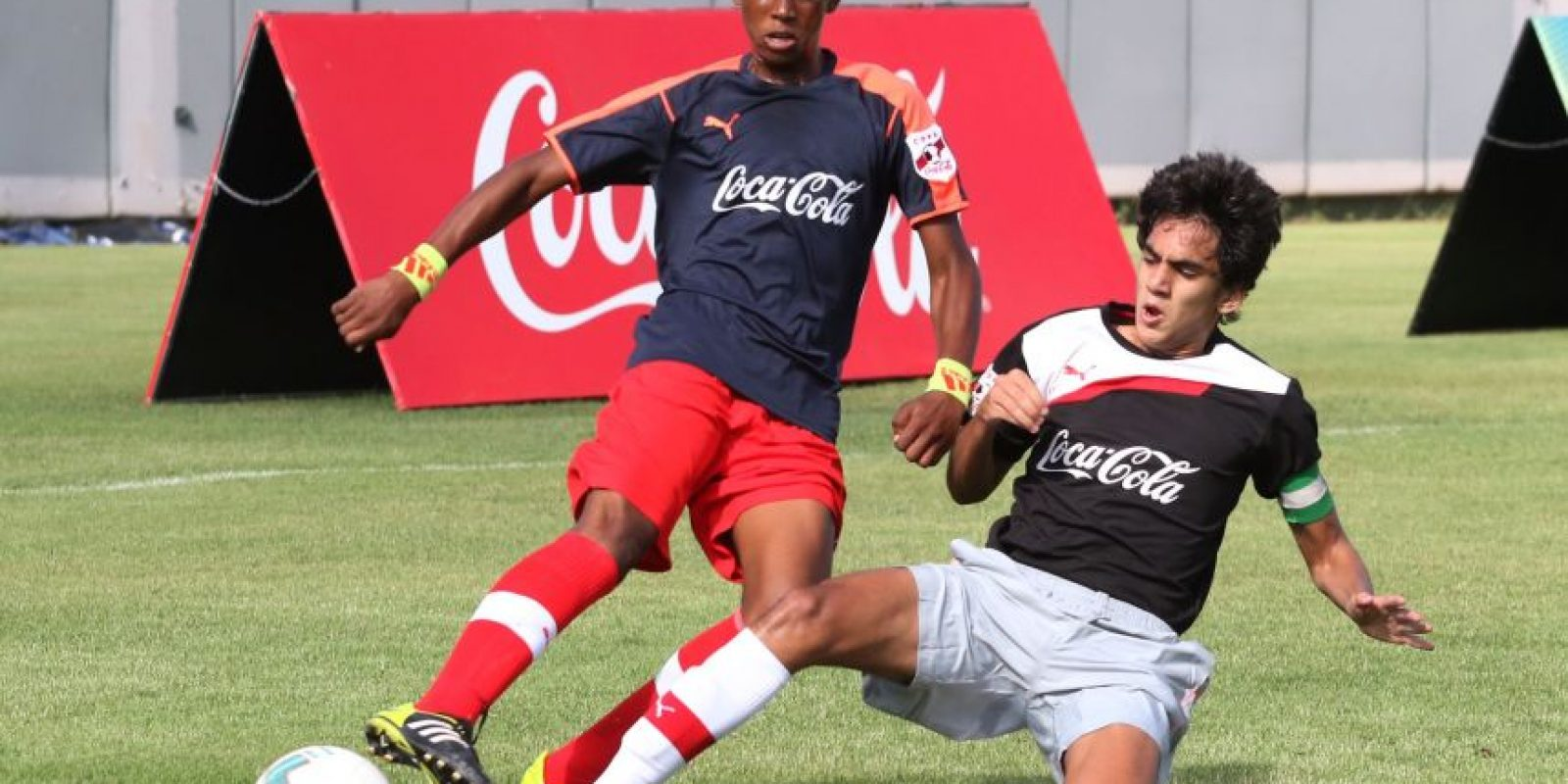 Momento de acción del partido entre los equipos del colegio San Judas Tadeo y la escuela Angulo Guridi durante la ronda de grupos de la etapa c. Foto:Fuente externa