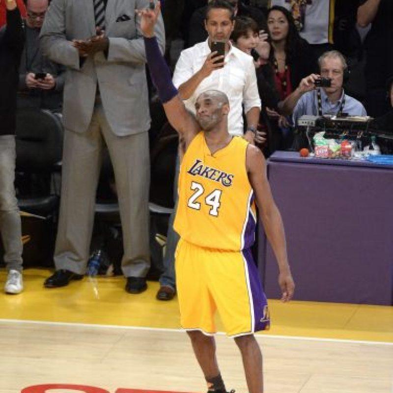 """El adiós de una estrella. Kobe Bryant dijo adiós a los amantes del baloncesto y de la NBA, con la grandeza que lo caracterizó en los sus 20 años de carrera, al encestar el disparo que resultó en la victoria de Los Ángeles Lakers 101-96 ante los Jazz de Utah. En una jornada en la que terminó con 60 puntos, en el que fue su último partido como jugador.Bryant, quien fue objeto de reconocimientos previo al inicio del partido, además de sus 60 puntos, tuvo cuatro rebotes y cuatro asistencias. Un final grandioso para una estrella que siempre brillará en el firmamento, entre los mejores competidores que han desfilado en la NBA.""""Es algo loco para mí, el último partido en casa. Es difícil de imaginar que sucediera de esta manera, realmente lo es. Todo el apoyo que tuve, los antiguos compañeros, los fans, la familia. Fue genial estar ahí, es algo increíble. Todavía estoy en shock"""", dijo Bryant , según ESPN. Foto:Fuente externa"""