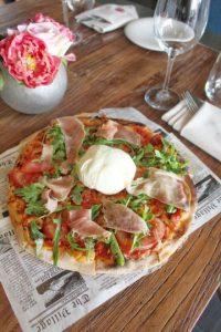 Pizza Burratina. Con Pomodoro, tomaticos frescos, rúcula, Parmesano, Prosciutto y Burrata, a la leña. Foto:Fuente externa