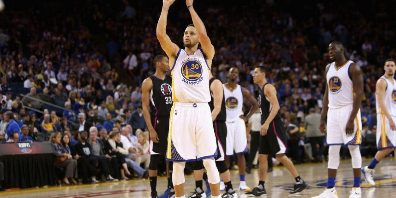 Los 400 triples de Curry. Stephen Curry realizó lo inimaginable, al lograr sobrepasar los 400 disparos de tres puntos en la campaña que finalizó el pasado miércoles en la NBA, convirtiéndose en el primer mortal que llega a dicha cifra en una temporada en el baloncesto estadounidense.Para logar esta marca, Curry, quien comenzó el partido con 392 triples, encestó 10 lances desde la línea de tres puntos ante los Grizzlies, en el último partido de la fase regular, totalizando 402 en la temporada. El actual Jugador Más Valioso de la NBA anotó seis triples en el primer cuarto del encuentro y llegó a 400 al acertar su octavo lance en el tercer cuarto del desafío.Ningún otro jugador ha alcanzado los 300 encestes de tres puntos en una temporada y más de quinientos equipos que han desfilado por la liga en su historia han logrado 400 aciertos de larga distancia en una contienda.Esta fue la tercera temporada en fila, en la que rompe su marca de lances encestando de larga distancia. En la pasada competición tuvo 286 aciertos. En su camino histórico, encestó por lo menos un lance de tres puntos en los 79 partidos que vio acción, estableciendo un nuevo récord de 152 jugos consecutivos con un enceste desde la línea de tres. Foto:Fuente externa
