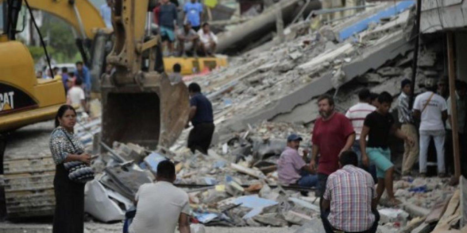 Como puede la gente evacua la zonas afectadas. Foto:AFP