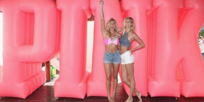 Rachel Hilbert y Devon Windsor, de Victoria´s Secret Pink. Foto:Getty Images