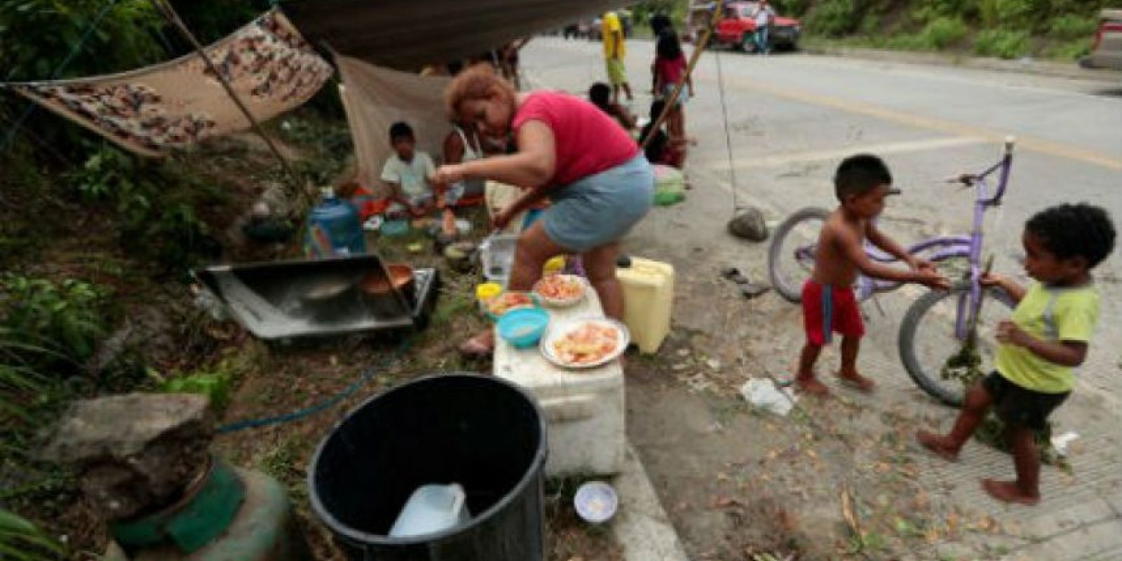 La gente lucha por sobrevivir con lo que puede. Foto:AFP
