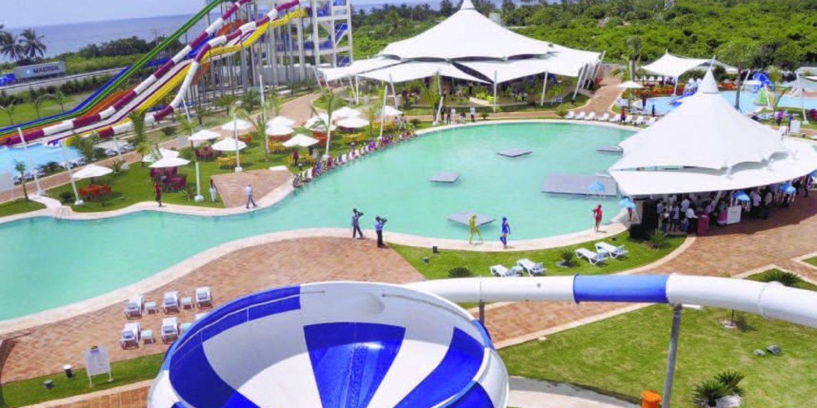 Los Delfines Park. Está considerado como el parque acuático y de entretenimiento más grande del país. Sus más de 700,000 pies cuadrados están destinados para que sus visitantes se diviertan al máximo. Anímese a vivir la emoción de sus excitantes y divertidos toboganes y en sus atracciones Twister Tower, Crazy Tower y Wave Pool. El parque está ubicado en la Autovía del Este, Km. 15, Guayacanes, Juan Dolio. Sus puertas están abiertas de 10:00 de la mañana a 6:00 de la tarde. Foto:Fuente externa