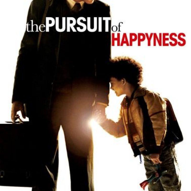 5- The Pursuit of Happiness: Esta filme biográfico trata de Chris Gardner, quien invierte sus ahorros de toda la vida en escáner es de densidad ósea portátiles que intenta demostrar y vender a los médicos. La inversión resulta un fracaso, que deja en bancarrota a la familia y, como resultado, su esposa lo deja y se va a New York. Su hijo se queda con su padre.Y para rematar, pierde el escáner, poniendo a prueba una vez su carácter. Pero sobre todo pone a prueba su corazón, porque es el amor hacia su hijo lo que logra sacarlo adelante. Pudo hacer lo incorrecto, aún así se mantuvo fiel a sus principios. Foto:Fuente externa