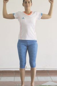 3- Manteniendo los brazos extendidos al nivel de los hombros, llevamos los antebrazos hacia nosotros hasta formar un ángulo de 90 grados. Manteniendo el brazo a la altura del hombro, exhalamos y llevamos las manos hacia adelante, inhalamos y subimos, siempre manteniendo los brazos a la altura de los hombros. Realizamos 20 repeticiones teniendo en cuenta en cada movimiento la repiración. Foto:ROBERTO GUZMÁN