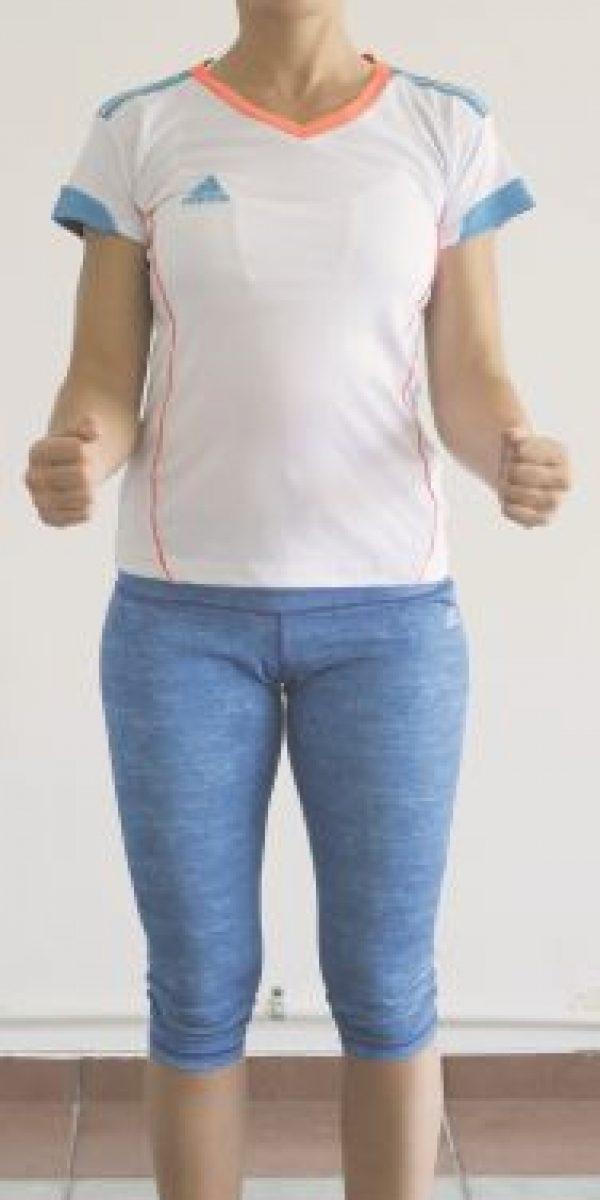 1- Parándonos derechos con los brazos al lado del cuerpo, separamos las piernas al nivel de las caderas. Una vez que encontremos nuestro centro, lentamente flexionaremos nuestros brazos hasta llegar a un ángulo de 90 grados. Toma aire y ve soltándolo a medida que llevas los antebrazos hacia atrás sin perder el ángulo de 90 grados. Inhala y vuelve al centro. Repite el proceso por tres series de 20 repeticiones. Siempre ten pendiente la respiración. Foto:ROBERTO GUZMÁN