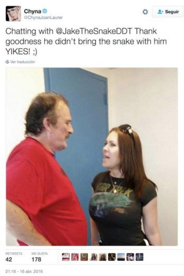 """""""Conversando con Jake The Snake. Gracias al cielo que no trajo la serpiente consigo"""". Foto:Twitter.com/ChynaJoanLaurer"""