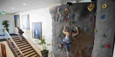Y bueno, sí, también tienen una pared para escalar. Foto:Getty Images