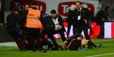 El árbitro fue golpeado por un hincha de Trabzonspor. Foto:Getty Images