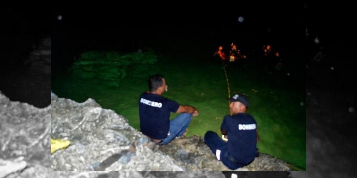 Fallece mujer al precipitarse autobús al mar en autopista Las Américas