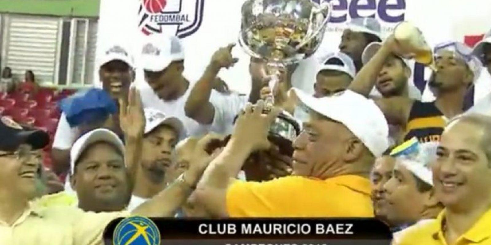 Mauricio Báez recibiendo el trofeo Foto:Fuente Externa