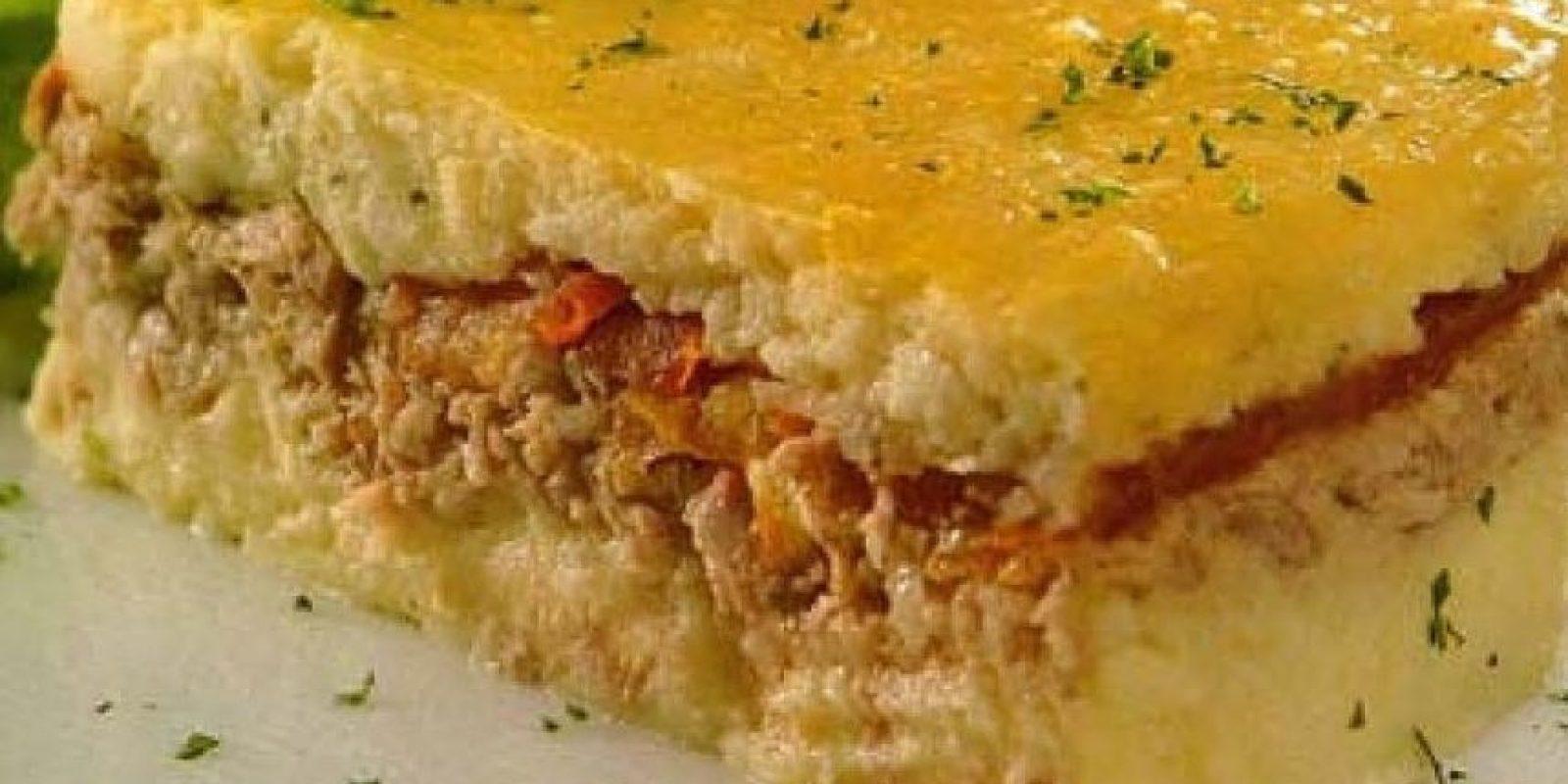 Pastelón de yuca Al puré de yuca le agregamos mantequilla y sal al gusto, queso parmesano rallado y el huevo. A esta mezcla, le agregamos el relleno preferido y colamos en el horno para dorar.