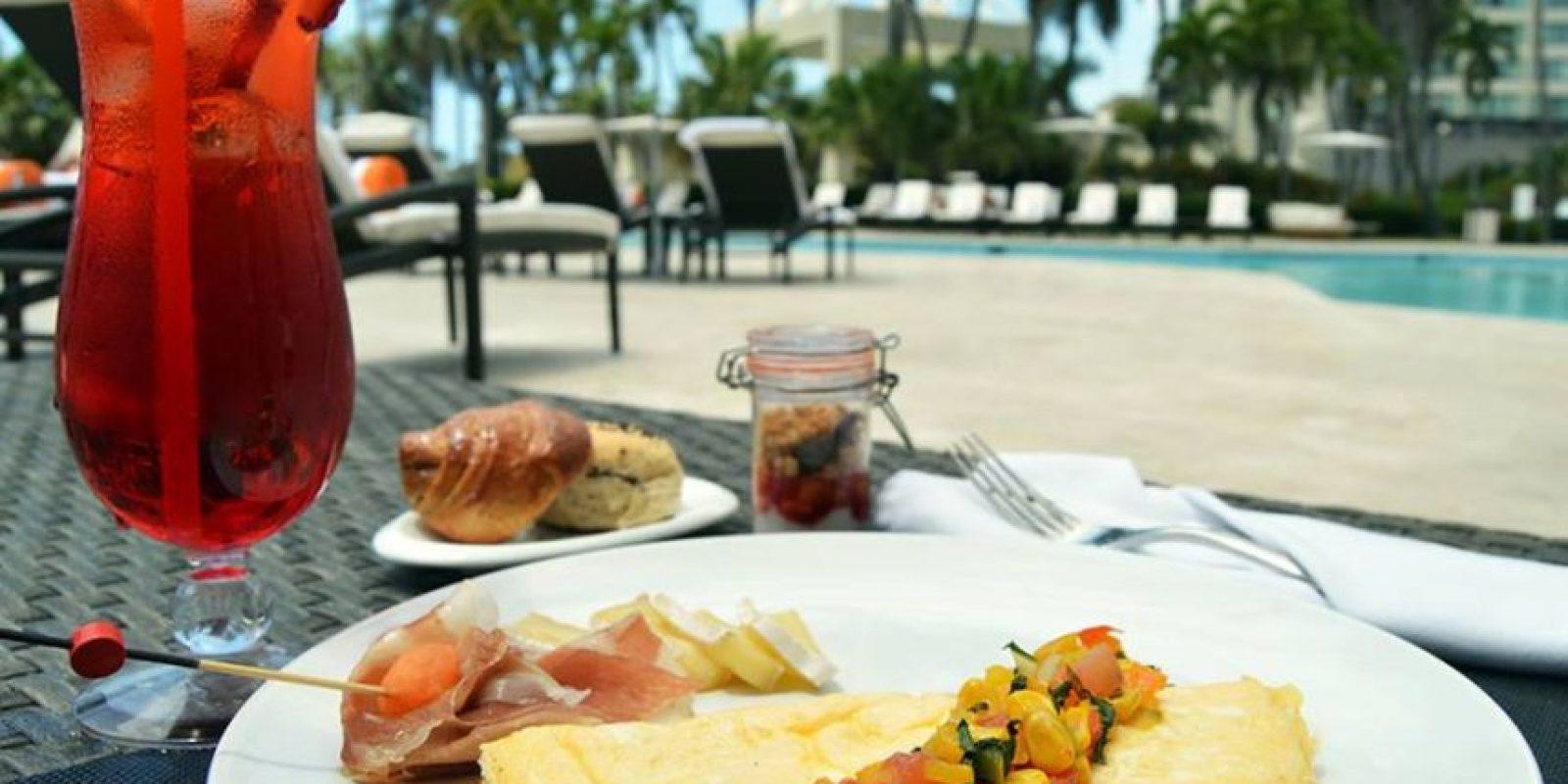 Un desayuno al aire libre acompañado de un refrescante trago y buena música a cargo de un DJ en vivo Foto:Renaissance Santo Domingo Jaragua Hotel & Casino
