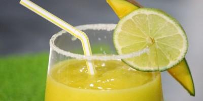 EEUU. Niño vende limonada para pagar su adopción