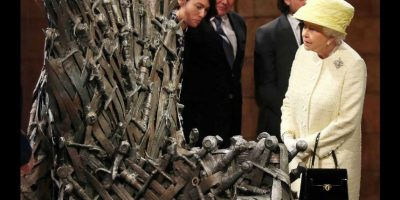 La reina Isabel II de Reino Unido conoce el trono de hierro personalmente. Foto:Getty Images