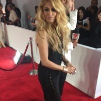 Paulina Rubio imitando a Pamela Anderson cuando andaba con Tommy Lee. Foto:vía Instagram/E!
