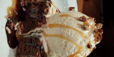 Brownie Obsession. Cubierto con helado de vainilla, chocolate caliente y caramelo. Foto:Fuente externa