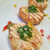 Spicy Shrimp Cakes. Tortitas de camarones con toque de Sriracha Alioli y salsa de Curry Thai Coco. Foto:Fuente externa