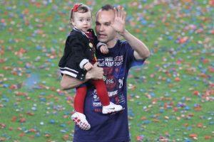 Andrés Iniesta al lado de su pequeña Valeria Foto:Getty