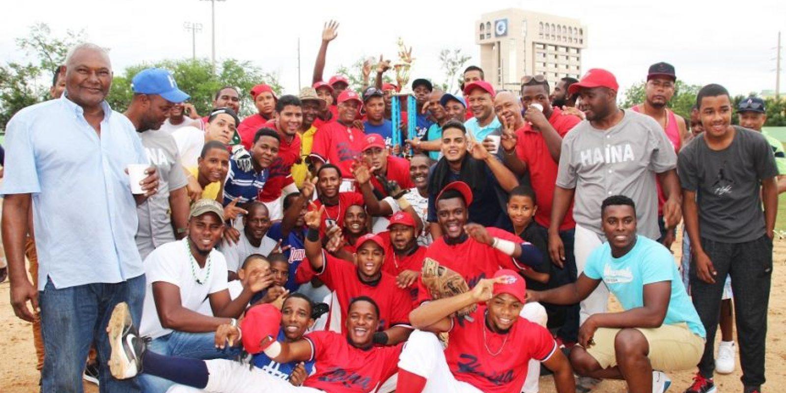Julián de León, presidente de Abedina, entrega la copa de campeón al equipo de Haina en torneo béisbol doble A del Distrito Nacional. Foto:Fuente externa