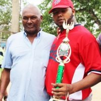 Yonata Ortega, lanzador del equipo doble A de Haina y electo Jugador Más Valioso, junto a su padre Ramón. Foto:Fuente externa