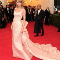 Taylor Swift sabe cómo llevar una cola. Foto:vía Getty Images