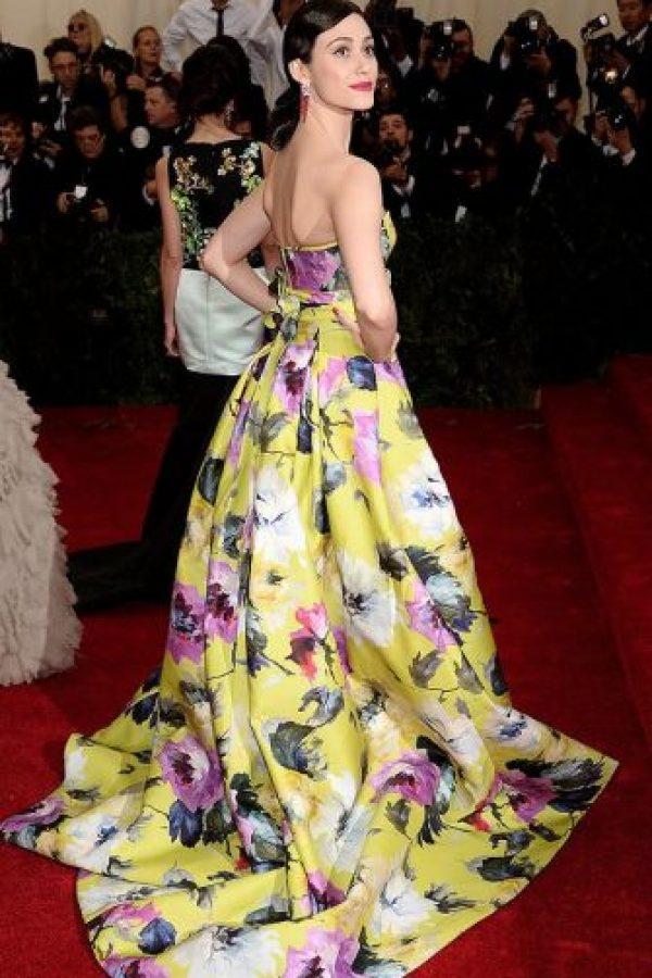 Flores para la primavera, muy original, pero Emmy Rosum sabe cómo lucirlas. Foto:vía Getty Images