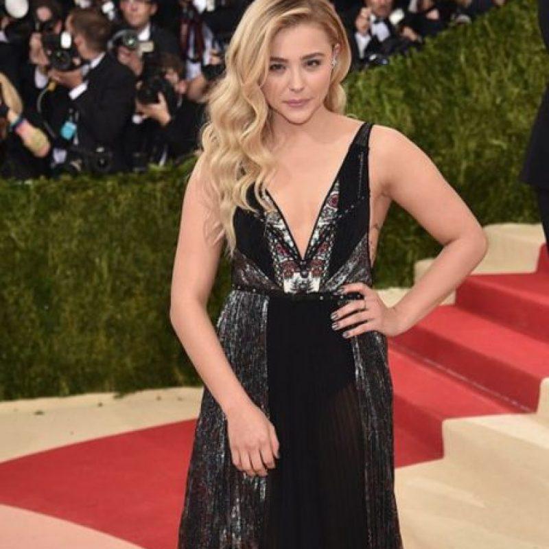 ¿Y cuál es la gracia de mostrar un vestido art-decó, Chloé Grace Morëtz? Foto:vía Getty Images