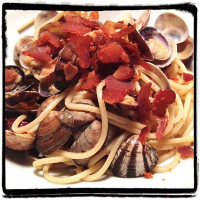 """""""El punto básico de un plato de espaguetis con almejas es mantener la suavidad de los mariscos. Con esta receta tiene la cremosidad, sabor natural (con bottarga) y la frescura del limón. En Resumen: ¡una obra maestra de sencillez!"""" Foto:Flavia & Fabrizio Cesati, Milán, Italia"""