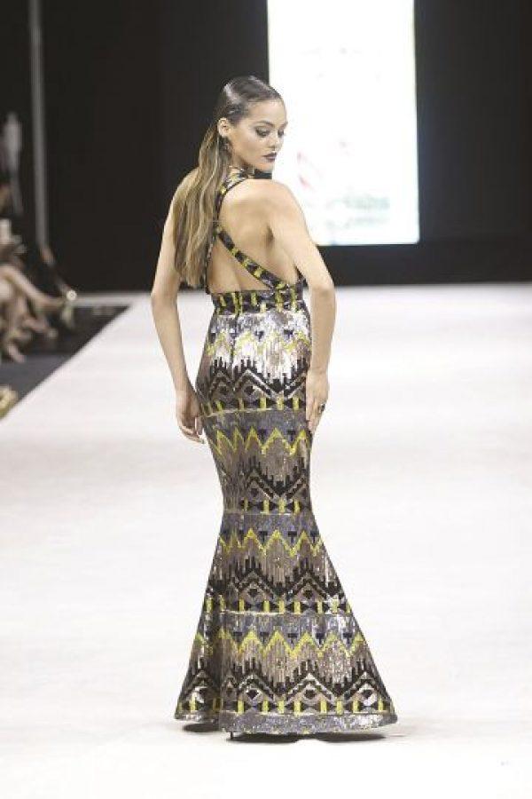 """1- Lisa Thon: una aventura a través de los vestidos. La diseñadora puertorriqueña nos invita a viajar y vivir una aventura por medio de sus vestidos. En su nueva colección """"Fly me away"""", Thon seleccionó una paleta de colores que incluye el seafoam, turquesa, naranja, borgoña, azul y negro. Textiles como el chiffon plisado, brocados, lentejuelas, al igual que estampados exclusivos, hicieron de la colección un viaje inolvidable. """"Mi forma de diseñar ha ido madurando con los años. Combino las líneas comerciales y siempre hay algo artesanal, algún valor sentimental de cosas que yo aprecio"""", compartió la diseñadora con Metro. Foto:Fuente externa"""