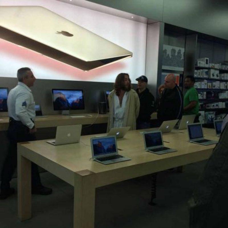 Según su testimonio, va seguido a la Apple Store para cargar su móvil. Foto:Instagram