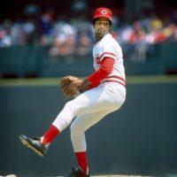 Mario Soto (100-92, 3.47). El 20 de mayo de 1988, Soto conquistó la victoria 100, la que sería la última de su carrera. El quisqueyano lanzó juego completo de cinco imparables, dos carreras, una base por bolas y seis ponches, para darle una victoria 7-2 a los Rojos de Cincinnati sobre Cachorros. Esta fue su última temporada en las mayores y se despidió con marca de 3-7 y 4.66 de efectividad. Foto:Fuente externa