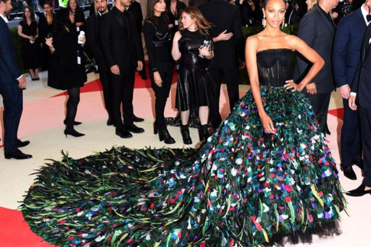 Zoe Saldaña. La actriz lució una impresionante obra de arte de la firma de Dolce & Gabbana. En las pasarelas se mostró muy cariñosa con su esposo y padre de sus gemelos. Actualmente, se encuentra en las grabaciones de la segunda parte de Avatar. Foto:Fuente externa