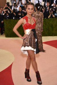 Alicia Vikander. La imagen de esta temporada de Louis Vuitton, vistió de uno de los diseños más vanguardistas de Nicolas Ghesquière. Foto:Fuente externa