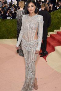 Kylie Jenner. La joven del clan Kardashian lució una joya de vestido de Balmain. Ha dejado sorprendido a todosporque rompió el patrón al que tenía acostumbrados a sus fans. Foto:Fuente externa