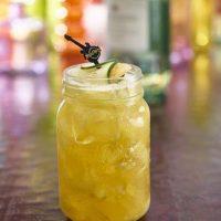 Diablo. Es la combinación de mezcal macerado con pepinos, agave, puré de mango, jugo de limón y terminado con cerveza de jengibre. Servido con jengibre caramelizado y un twist de pepino.
